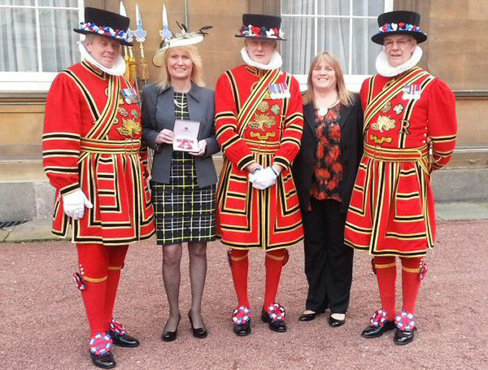 Trina & Sue Gulliver with the Beefeaters (Yeomen Warders)
